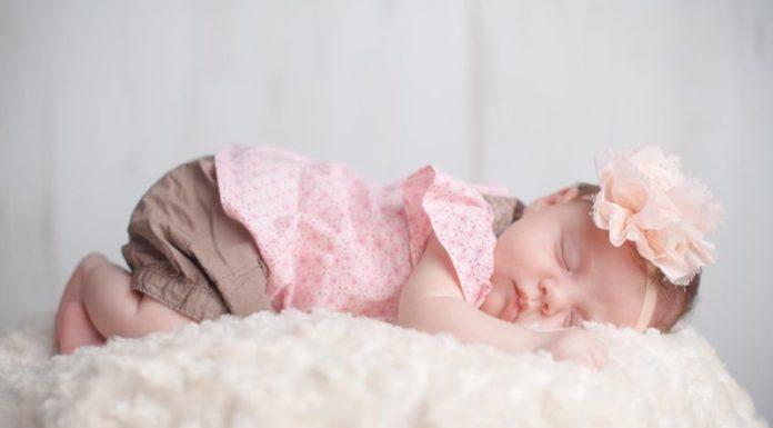 bébé fille mignonne