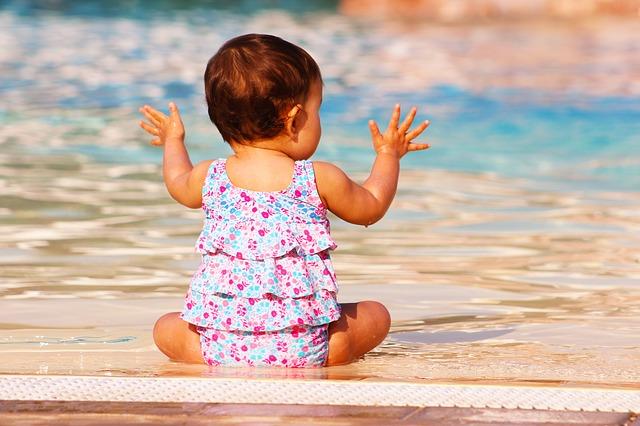 bebe a la piscine